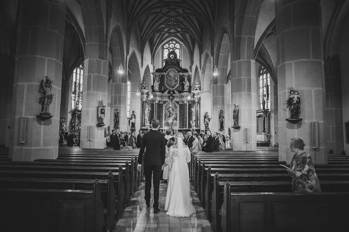 Brautpaar läuft in die Kirche ein