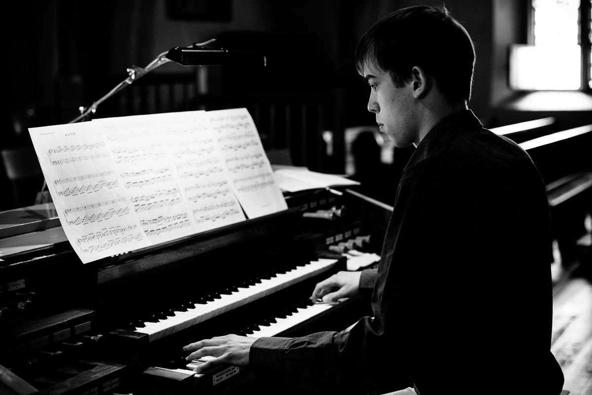 Organist spielt nach Noten