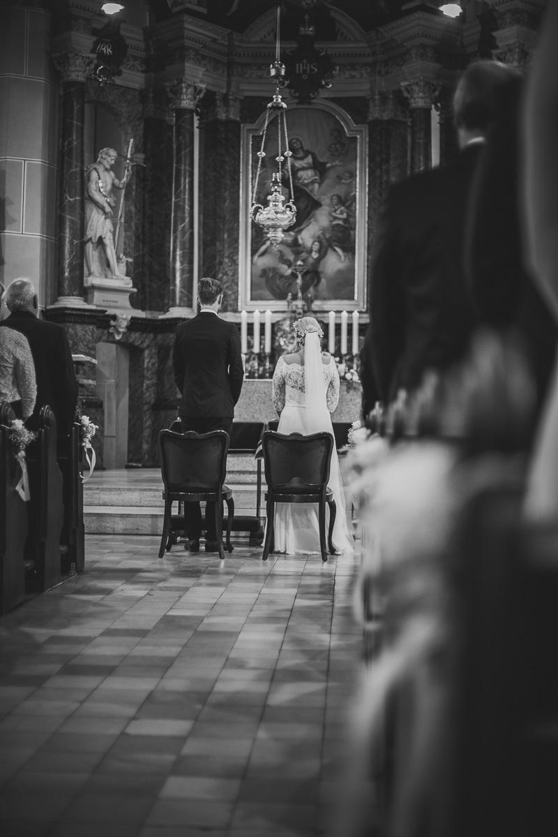 Brautpaar steht am Altar