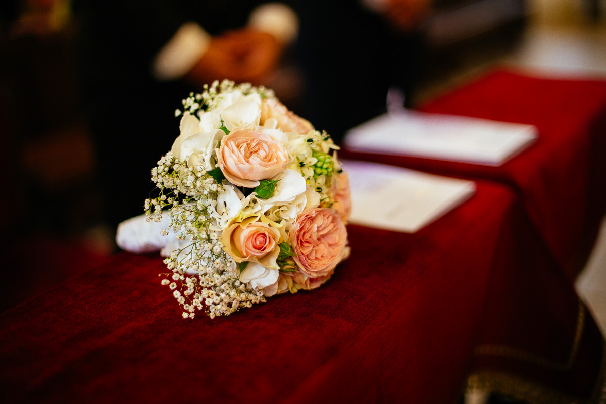 Brautstrauß liegt auf der Kirchenbank