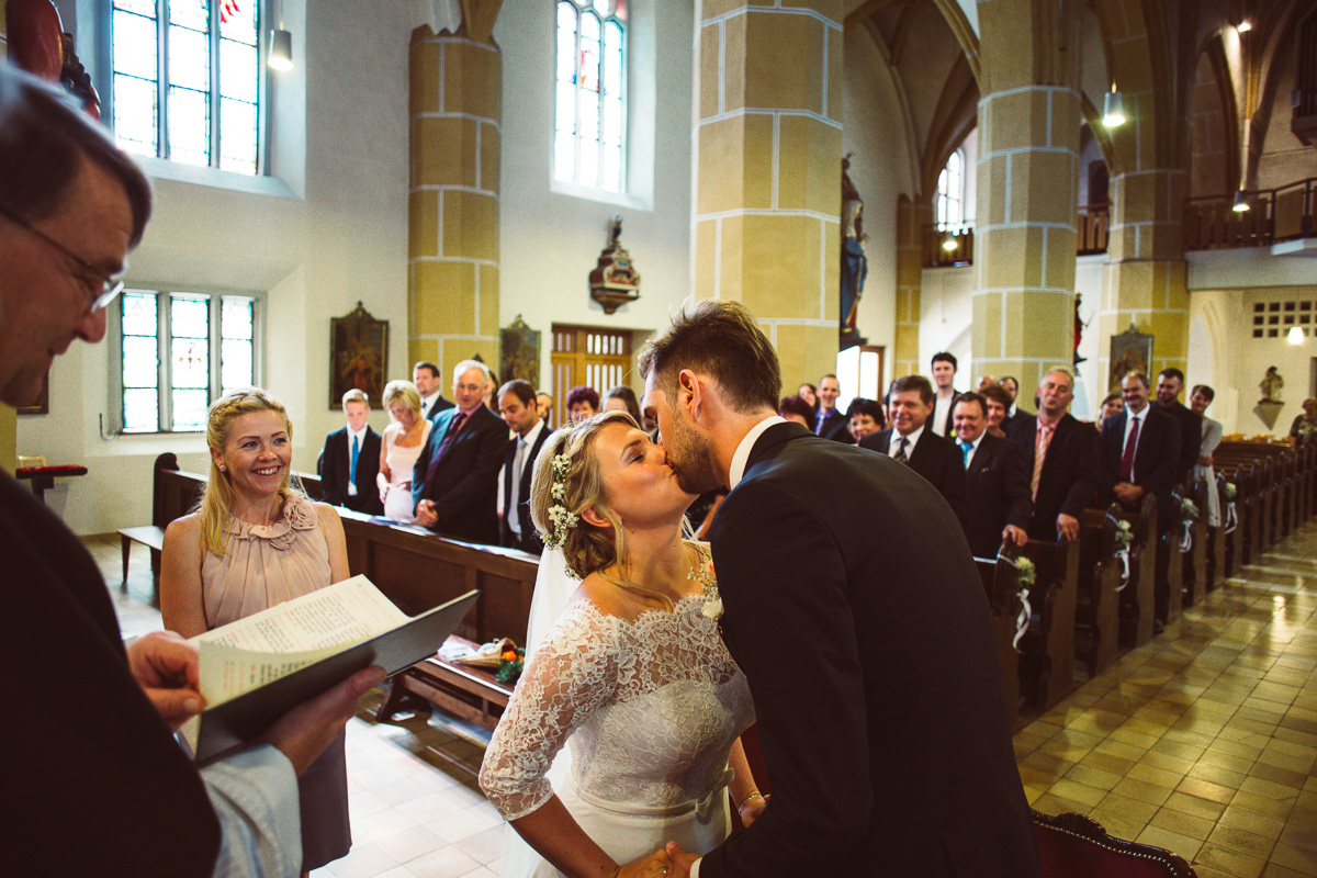 Brautpaar küsst sich während der Trauung