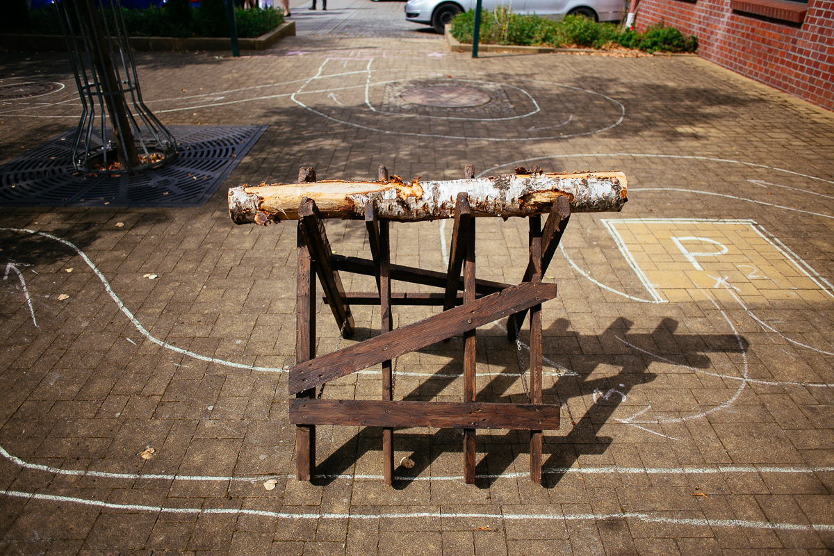Holzstamm liegt für das Brautpaar bereit