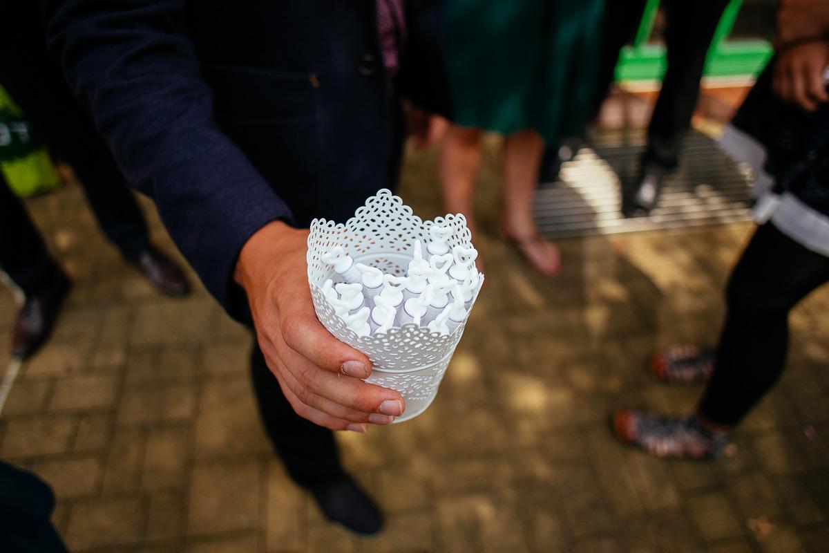 Seifenblasenspender werden an die Gäste verteilt