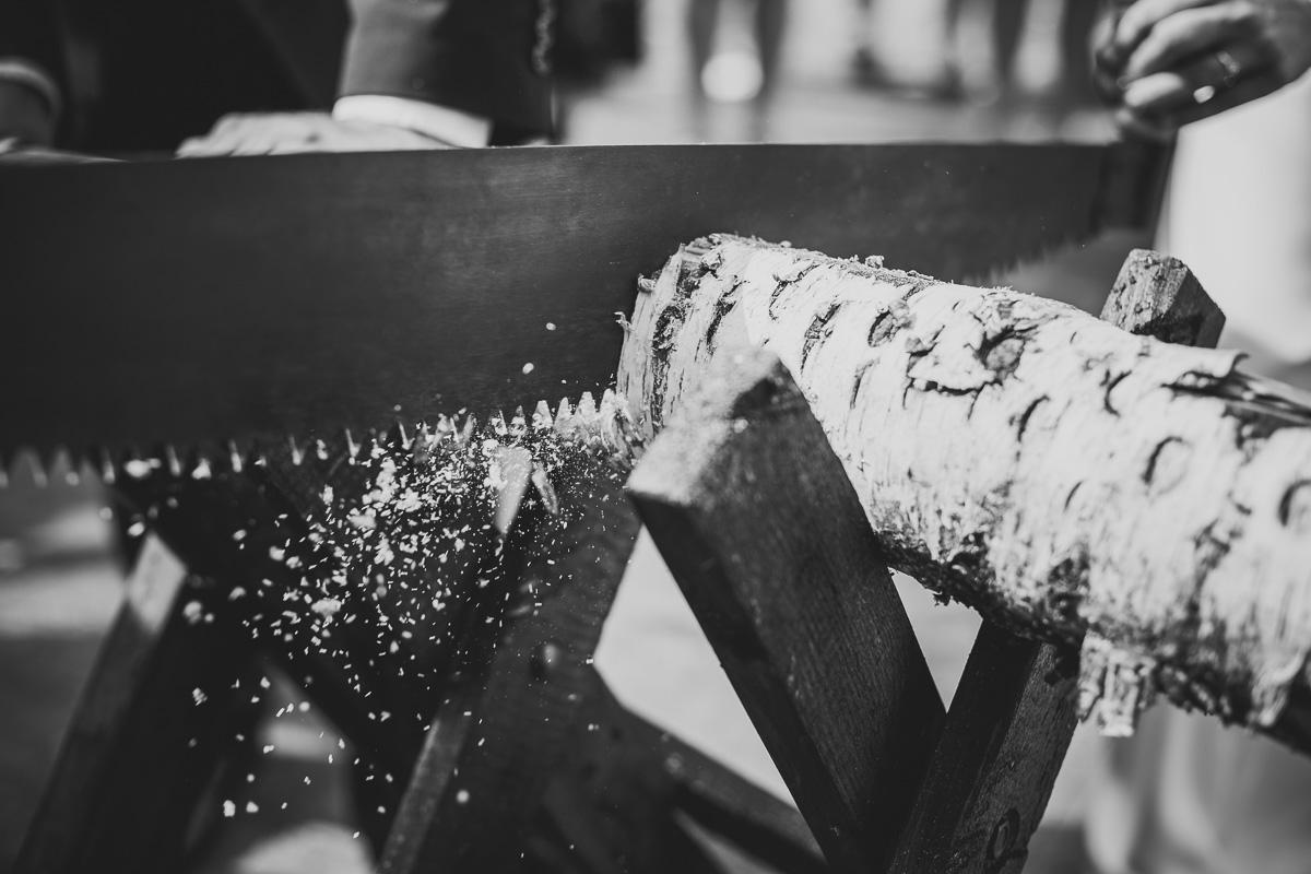 Holzstamm wird vom Brautpaar zersägt