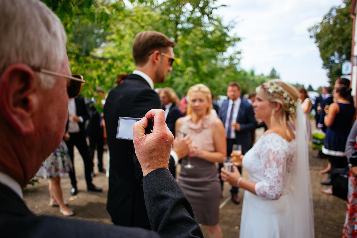 Gast fotografiert das Brautpaar
