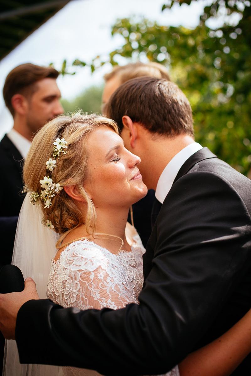 Braut umarmt Freund bei der Gratulation