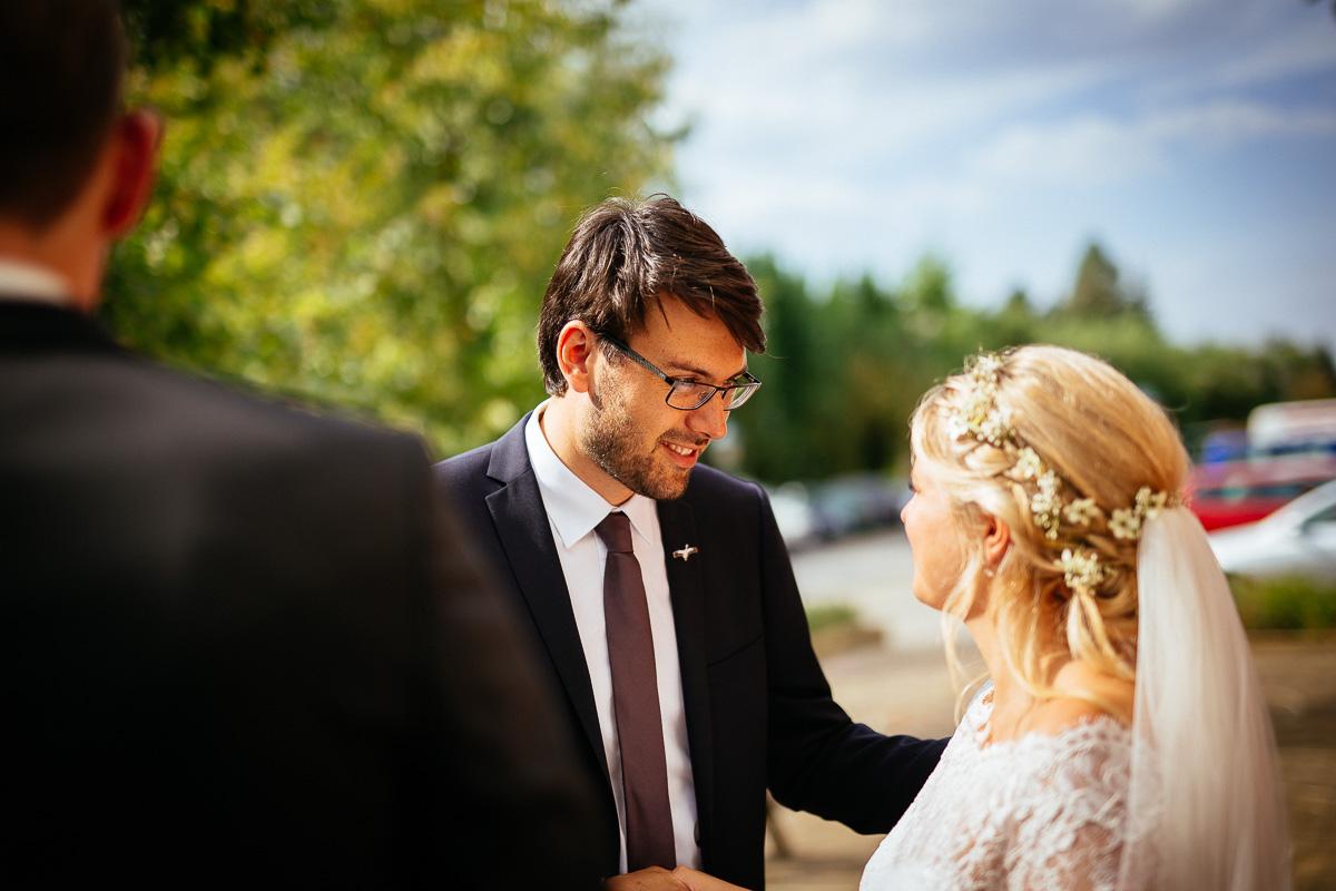 Trauzeuge wünscht der Braut alles gute