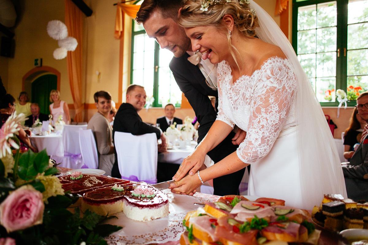 Braut hat sich an der Hochzeitstorte durchgesetzt und lacht