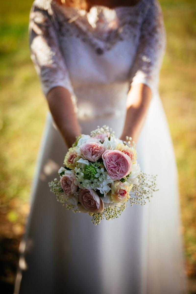 Braut zeigt ihren Brautstrauß