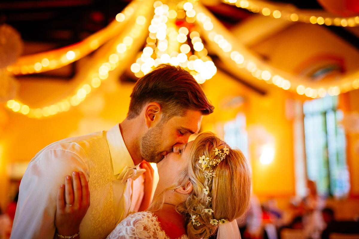 Brautpaar küsst sich im Saal