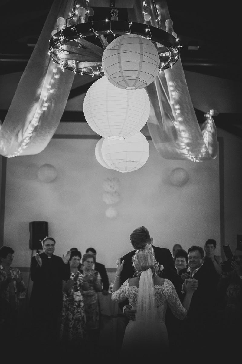 Brautpaar küsst sich beim ersten Tanz
