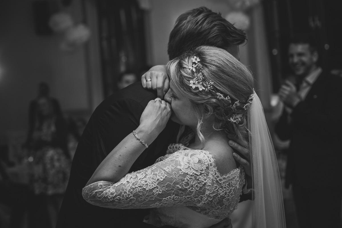 Brautpaar umarmt sich emotional beim ersten Tanz