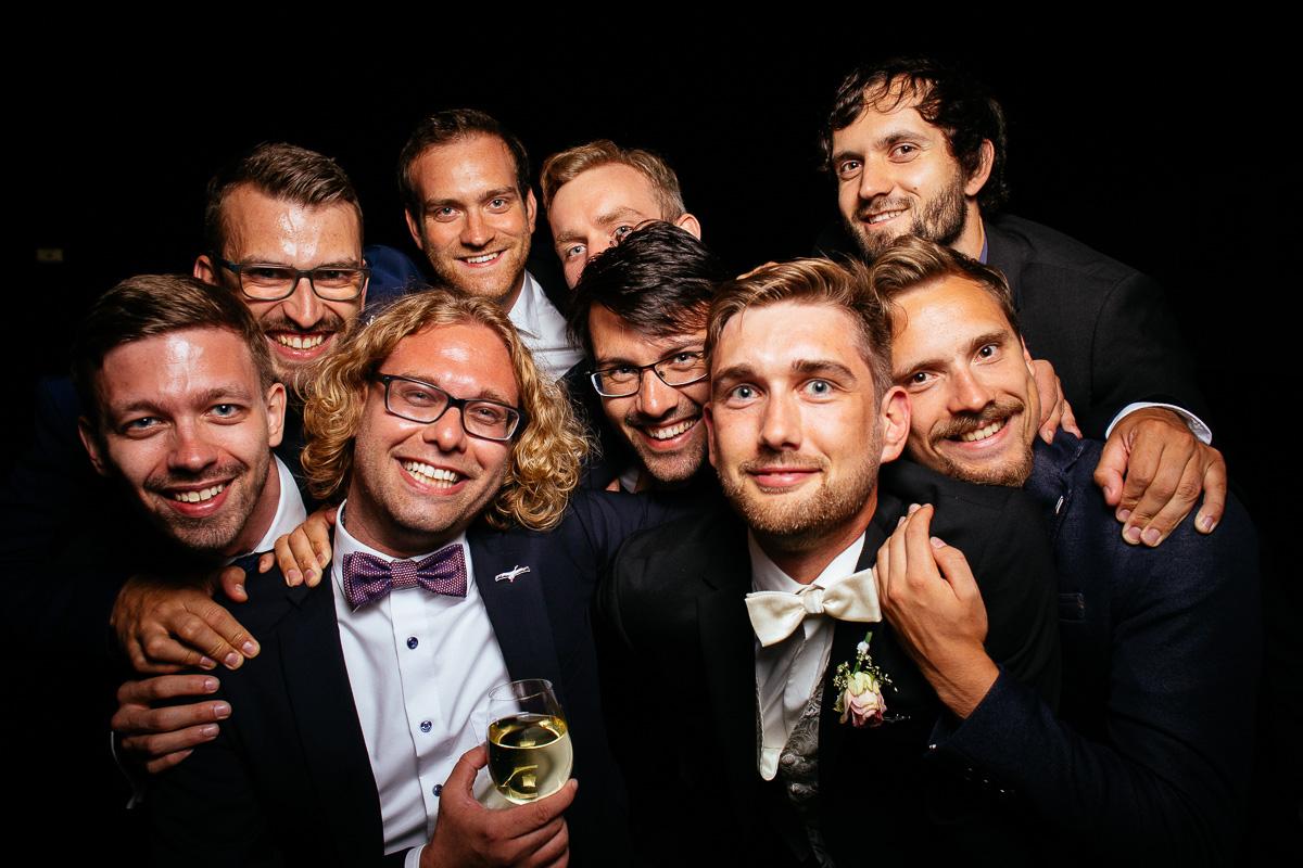 der Bräutigam mit seinen besten Freunden