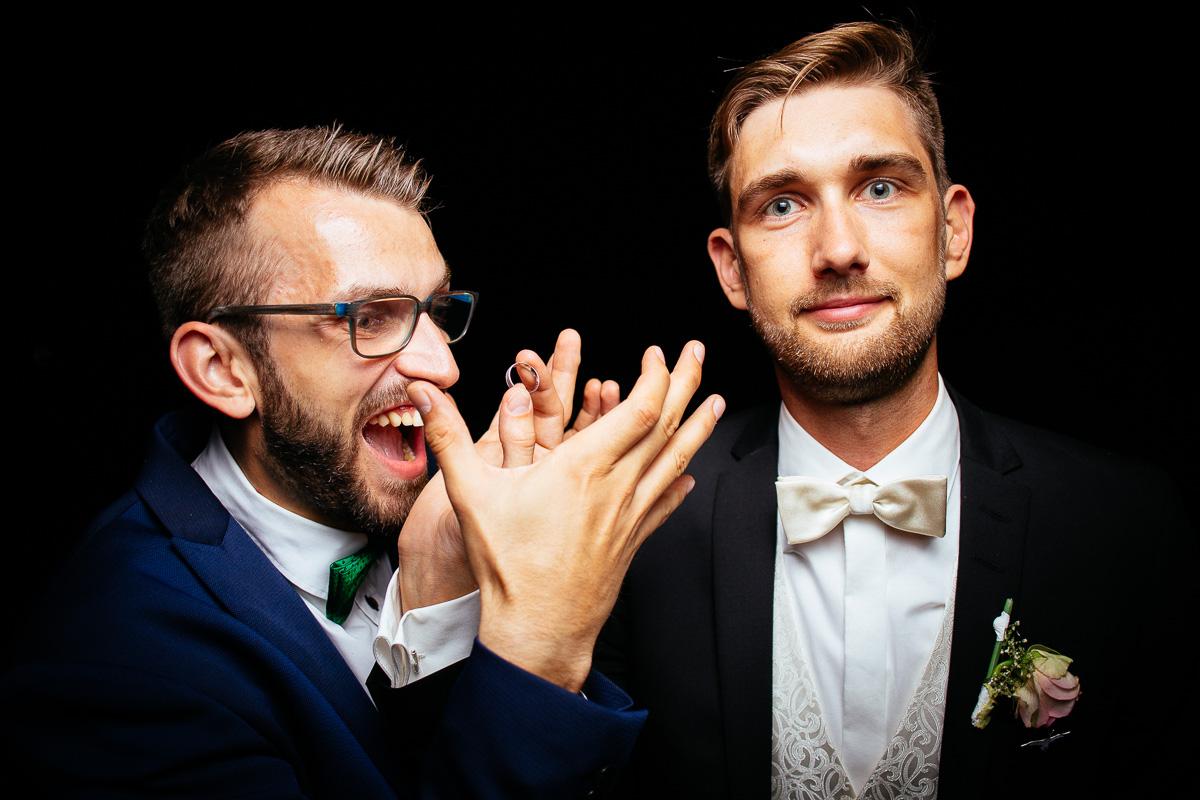 Bräutigam präsentiert seinen Ring