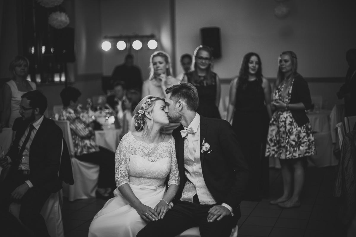 Brautpaar küsst sich am Abend
