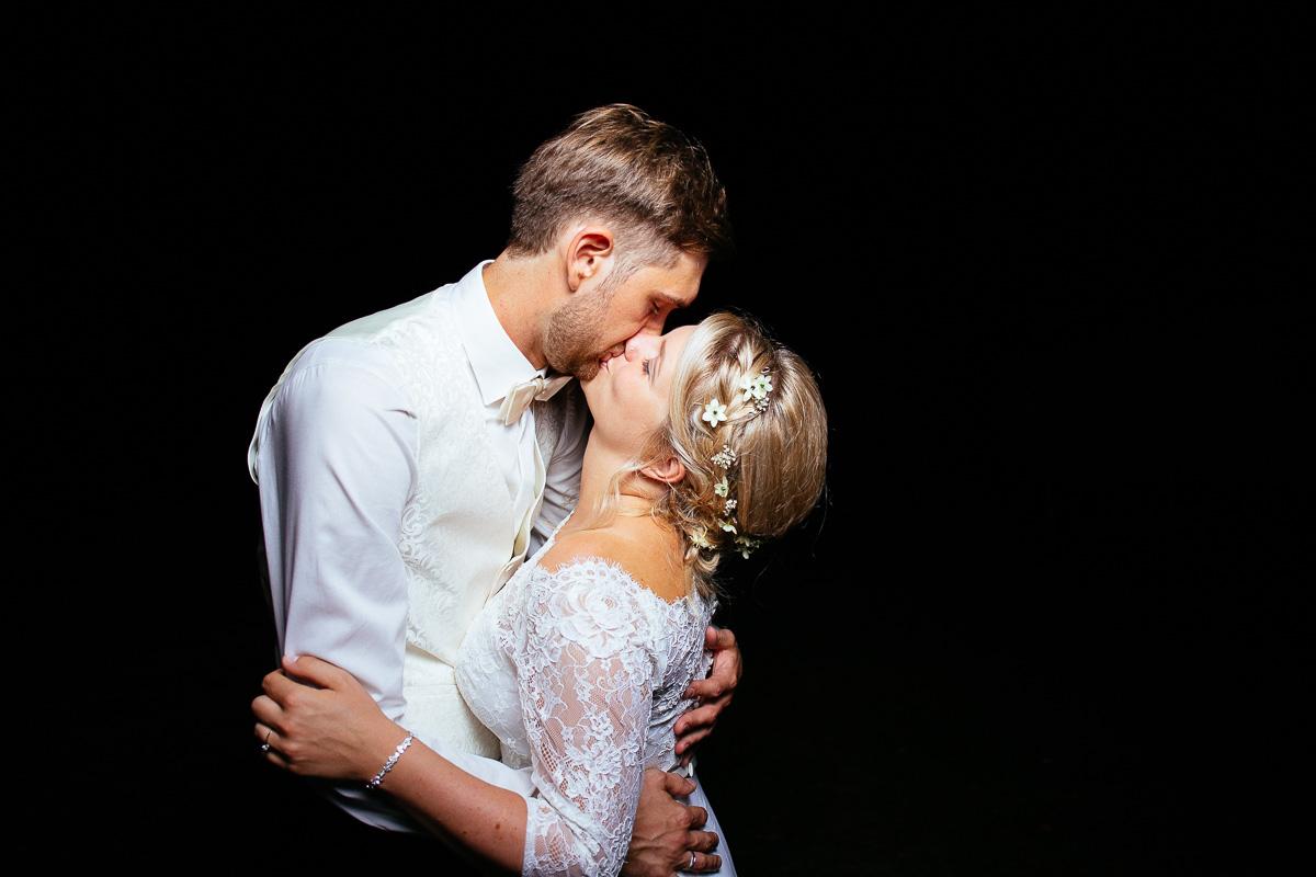 Brautpaar küsst sich vor der Photobooth