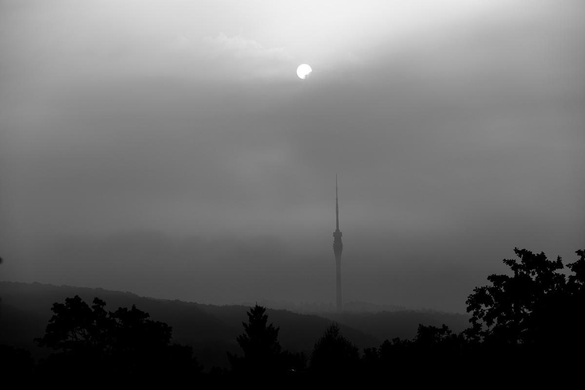 Fernsehturm von Dresden im Nebel