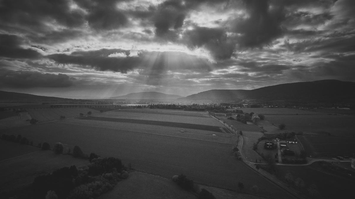 Sonnenstrahlen brechen durch die Wolken