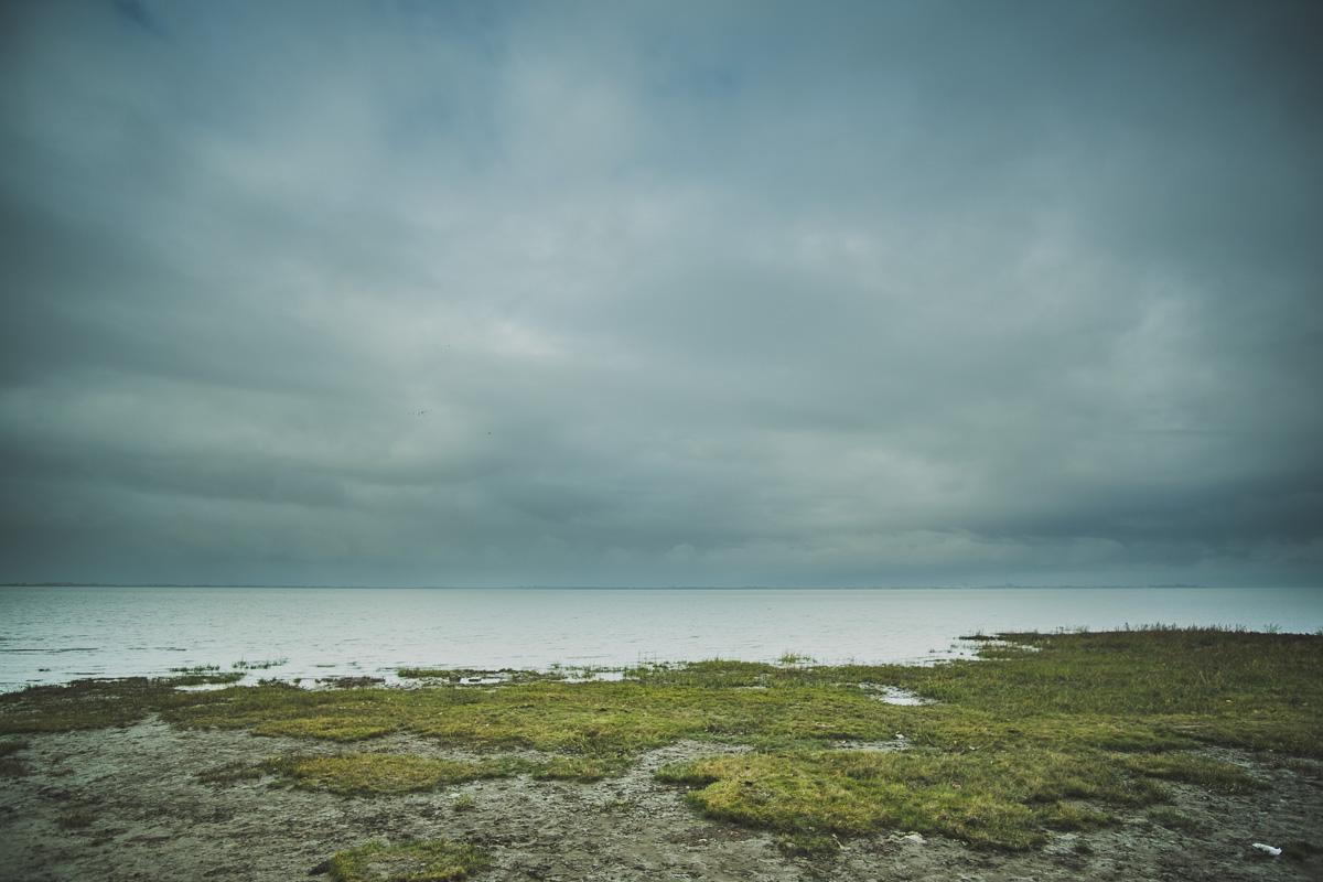 Strand am Jadebusen mit sehr bewölktem Himmel
