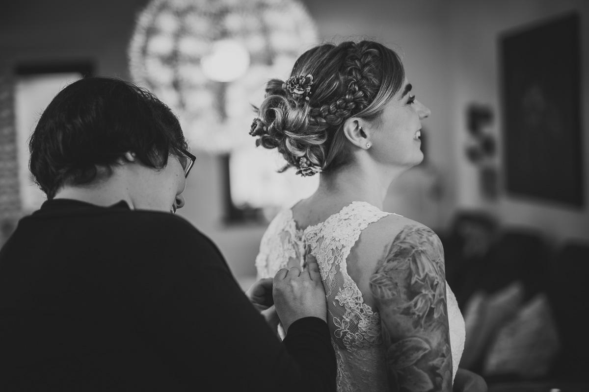 Die Braut wird eingekleidet