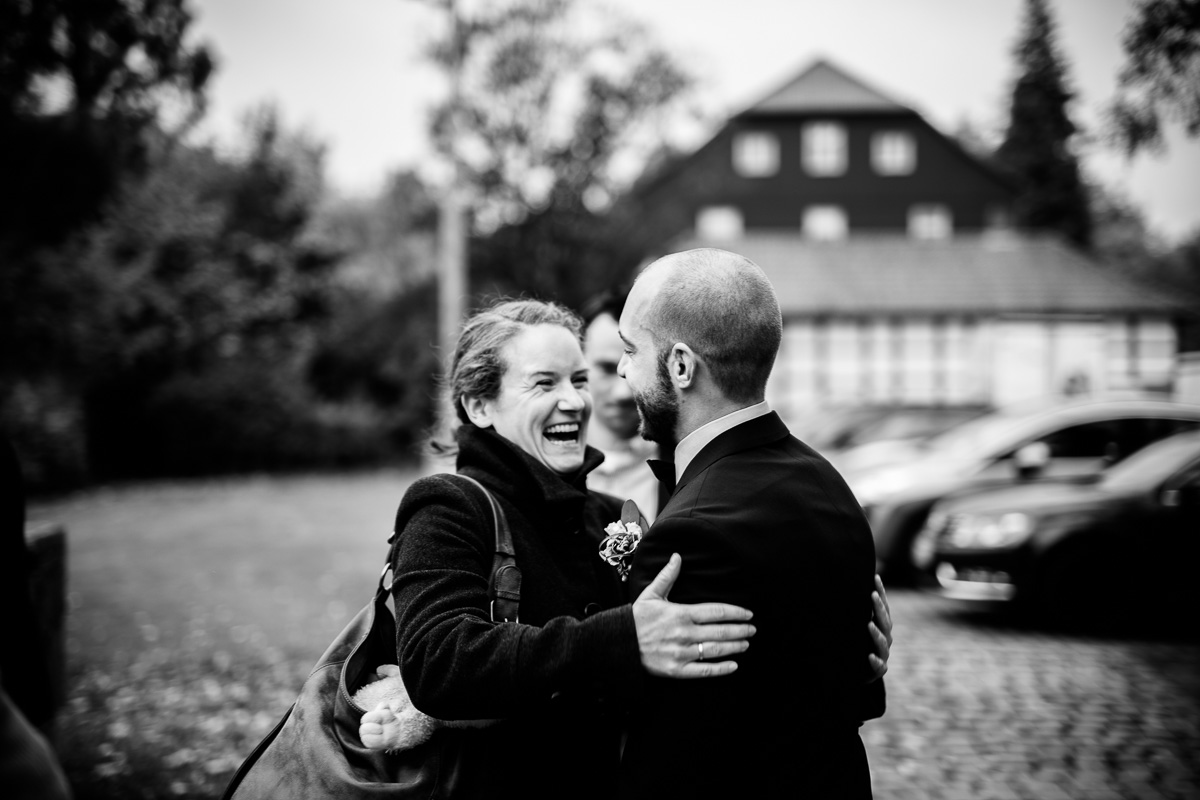 Bräutigam begrüßt die Gäste