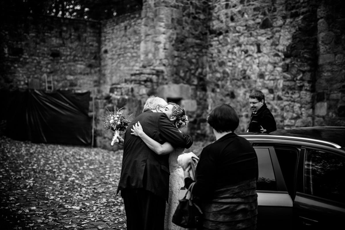 Brautvater nimmt seine Tochter in Empfang