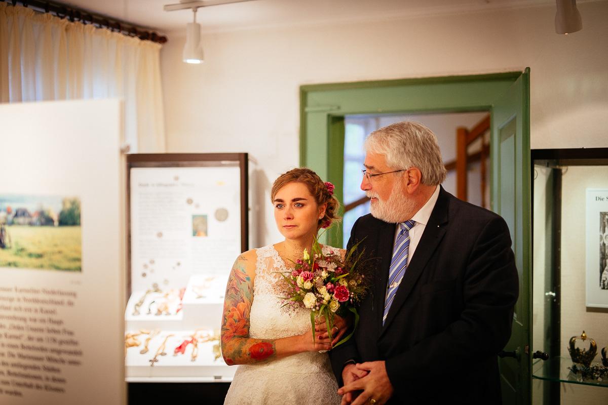 Braut und Vater kurz vor dem Einzug