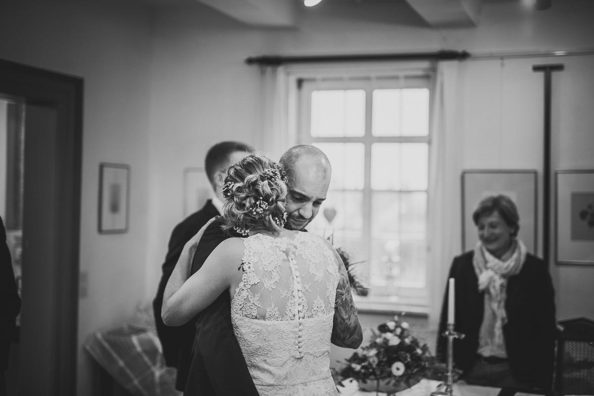 Brautpaar sieht sich das erste Mal