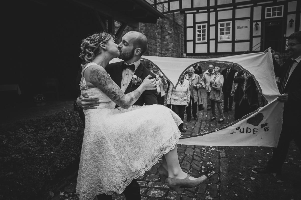 Brautpaar durchschneidet Bettlaken
