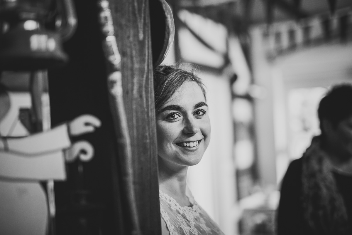 Braut lächelt in die Kamera