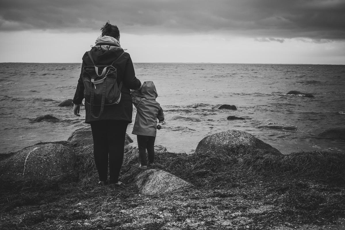 Mutter und Tochter stehen am Strand auf Rügen