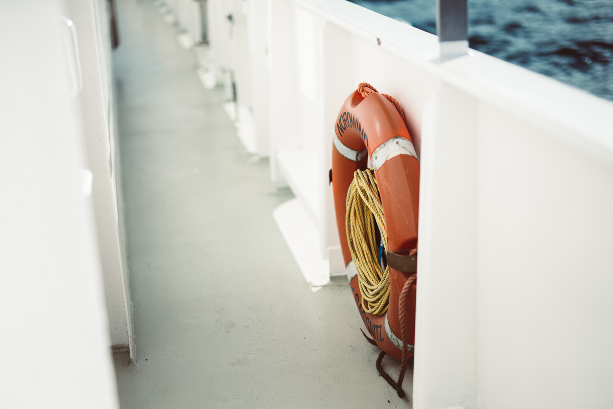 Ein Rettungsring auf einem Boot