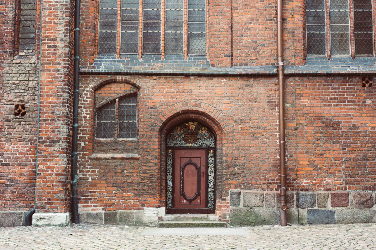 Eine Seitentür einer Kirche in Stralsund