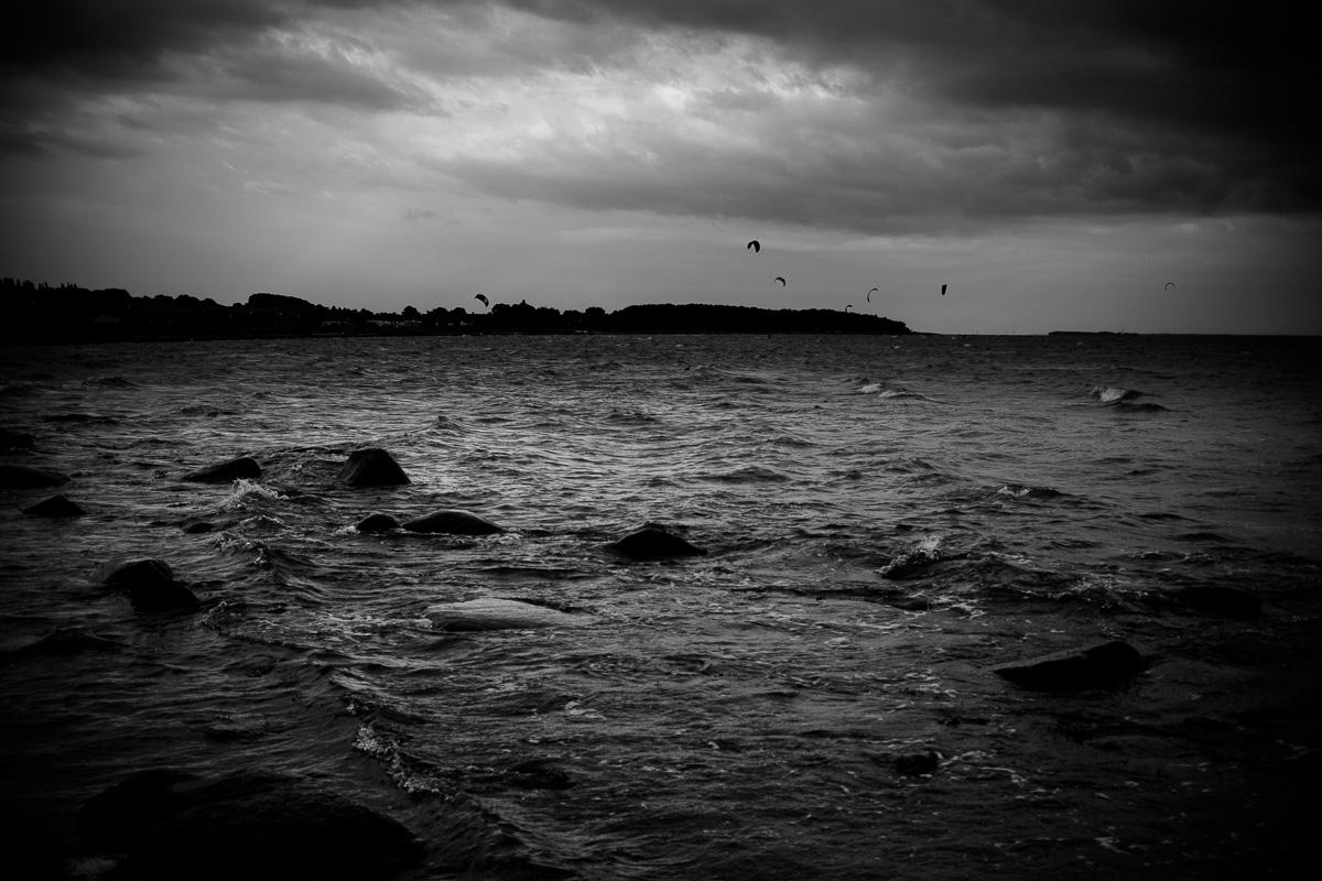 Keitesurfer sind am Abend am Strand von Klein Zicker auf Rügen aktiv