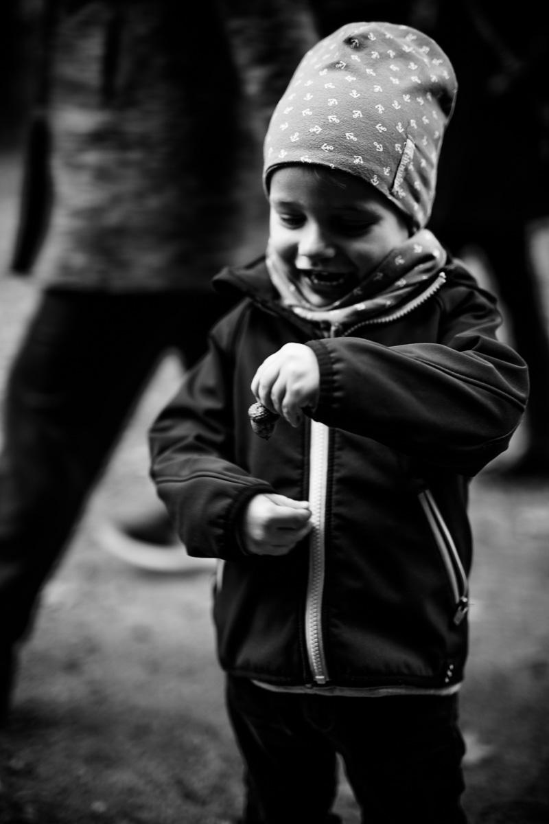 Kind hat eine Eichel in der Hand
