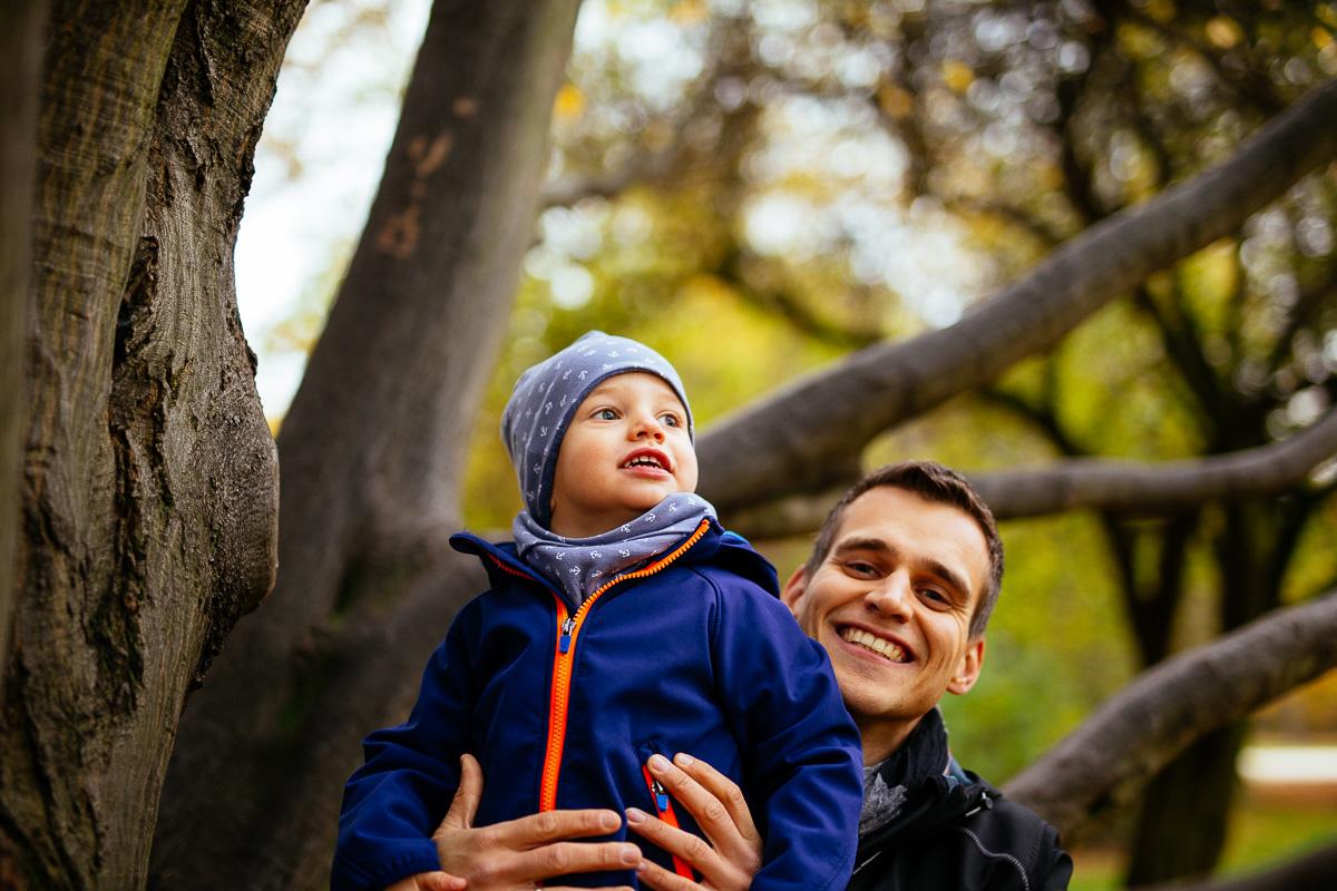 Kind klettert mit Papa auf einen Baum