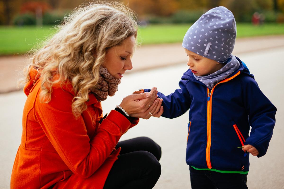 Kind schenkt Mutter eine Blume