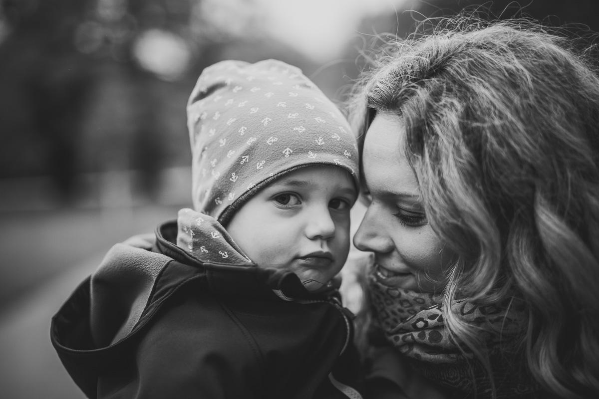 Mutter und Kind kuscheln
