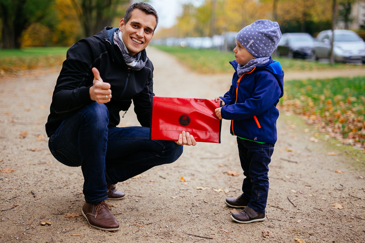 Vater mit Kind zeigt den A4-Grill