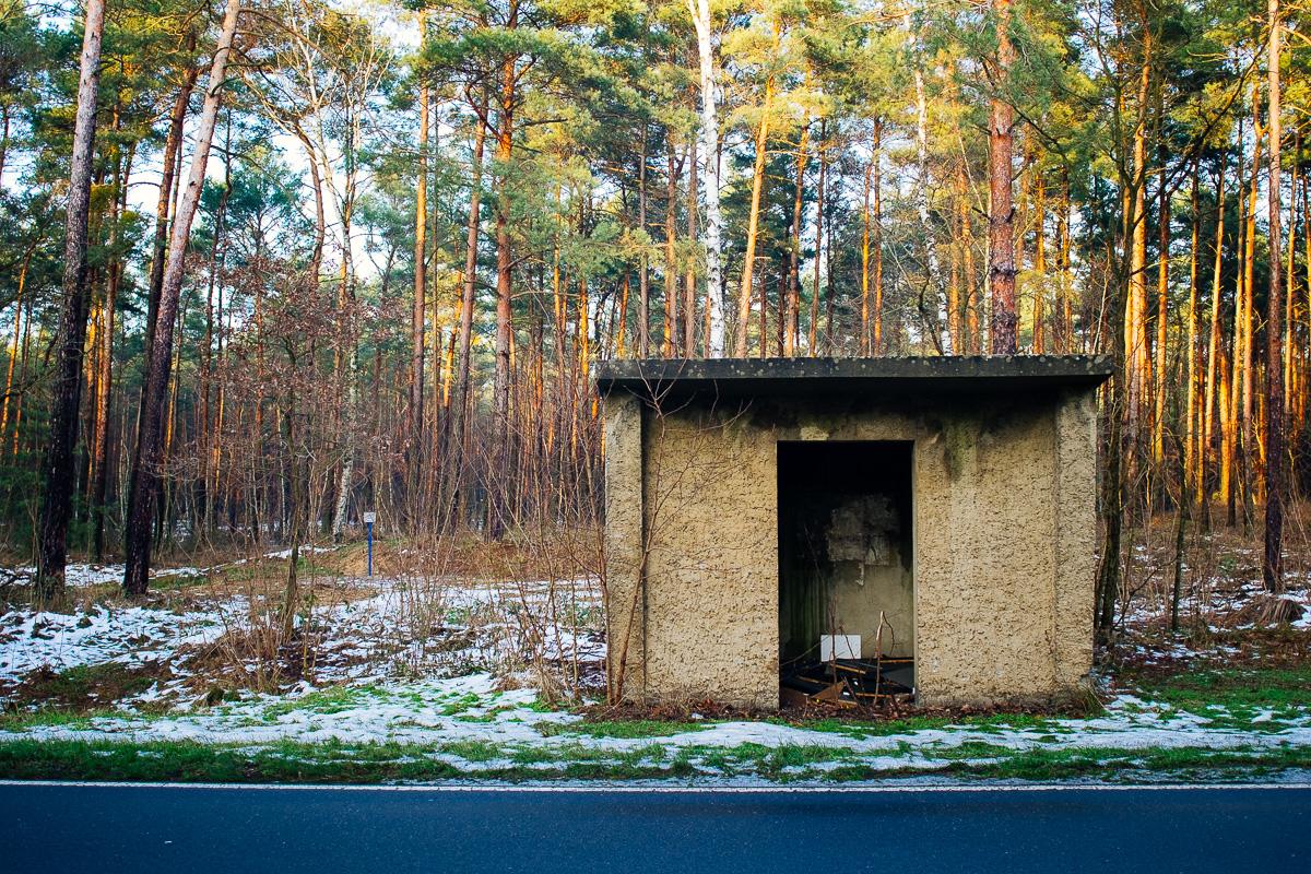 heruntergekommene Bushaltestelle im Spreewald