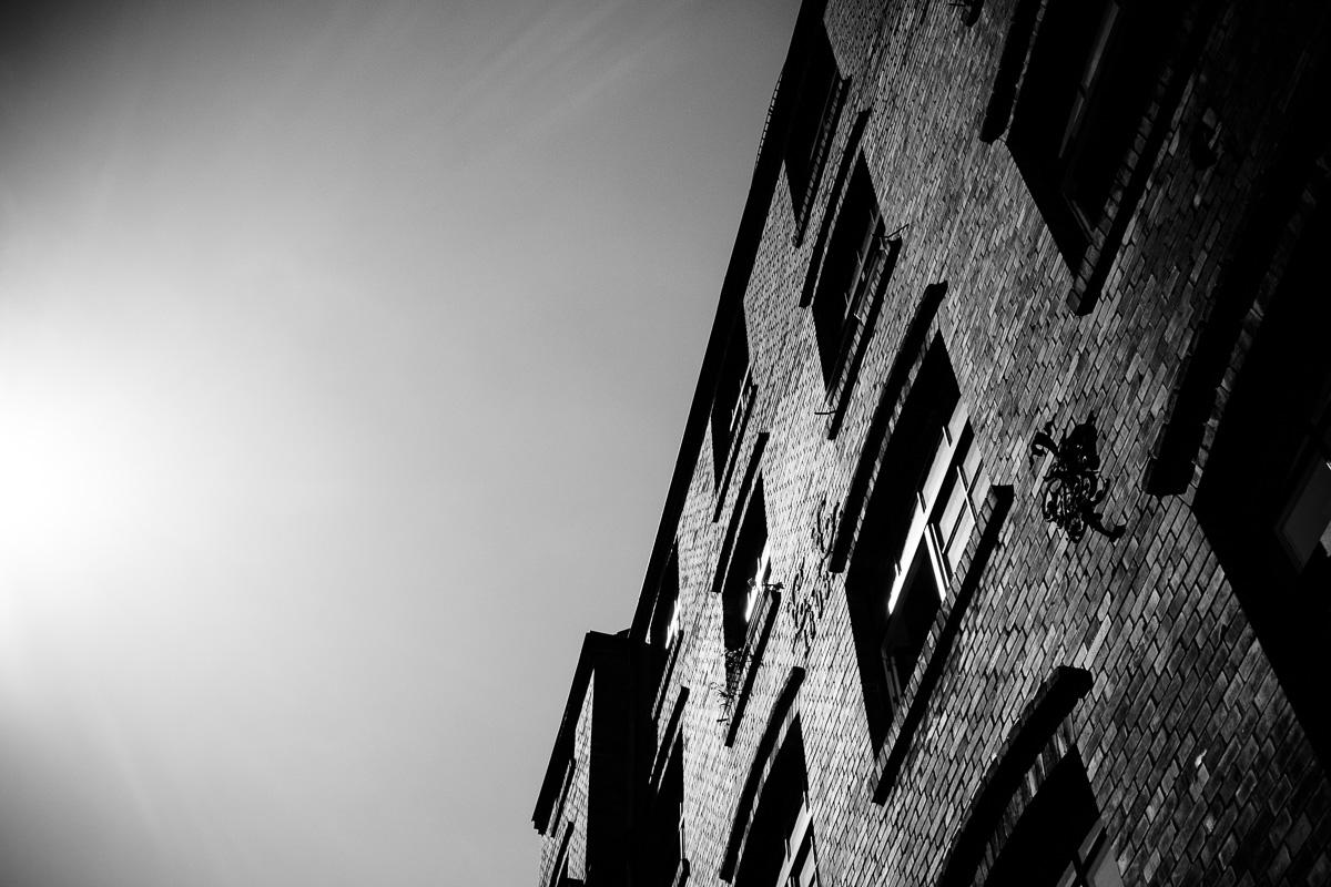 Backsteingebäude reflektiert Sonnenlicht