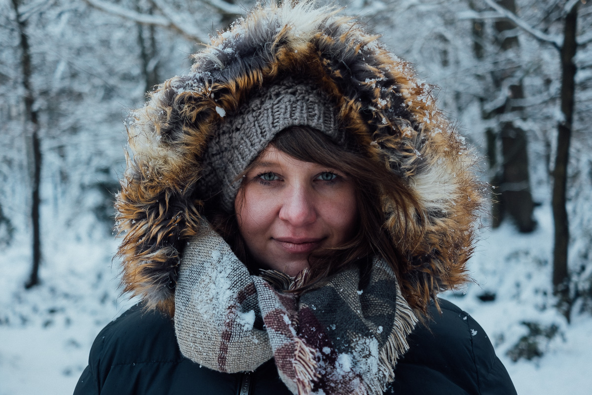 Frau mit Pelzmantel im Winterwald