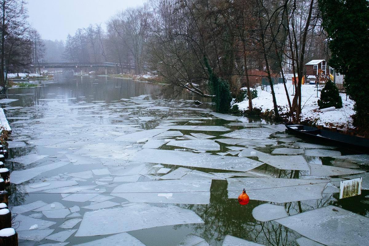 Eisplatten schwimmen im Spreewald