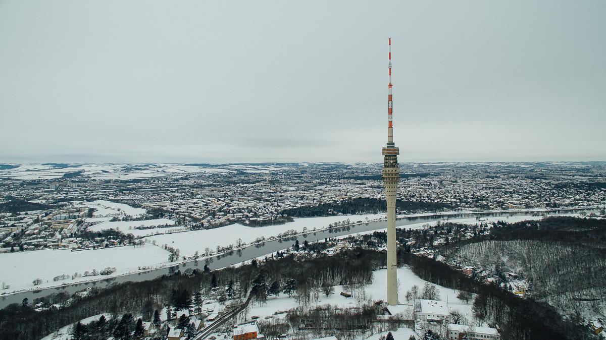 Dresdener Fernsehturm mit Dresden im Hintergrund