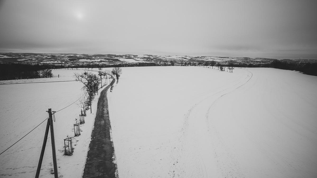 Winterlandschaft mit Feldweg bei Dresden