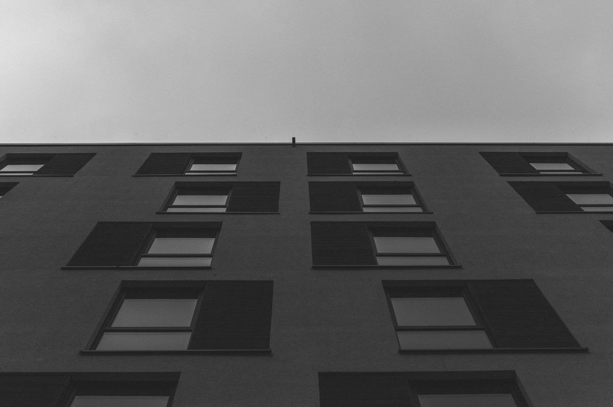 Eine Neubaufassade an der Prager Straße in Dresden
