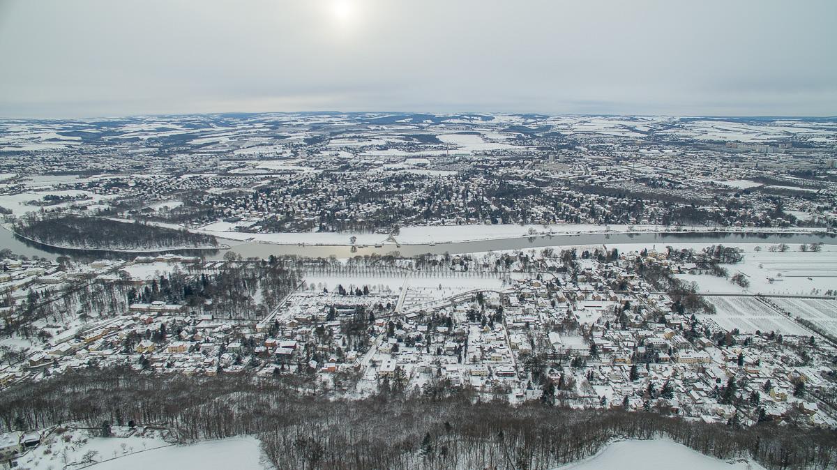 Ausblick auf die Winterlandschaft an der Elbe bei Schloss Pillnitz