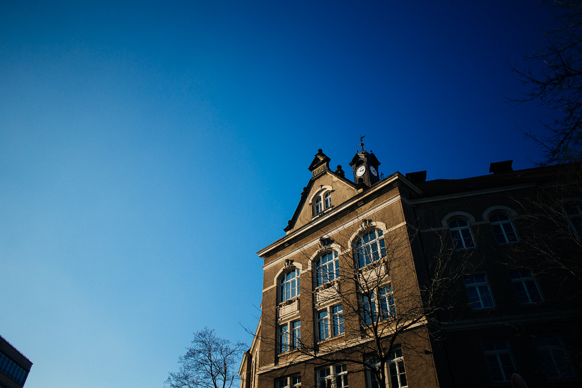 Eine alte Schule am Pohlandplatz in Dresden