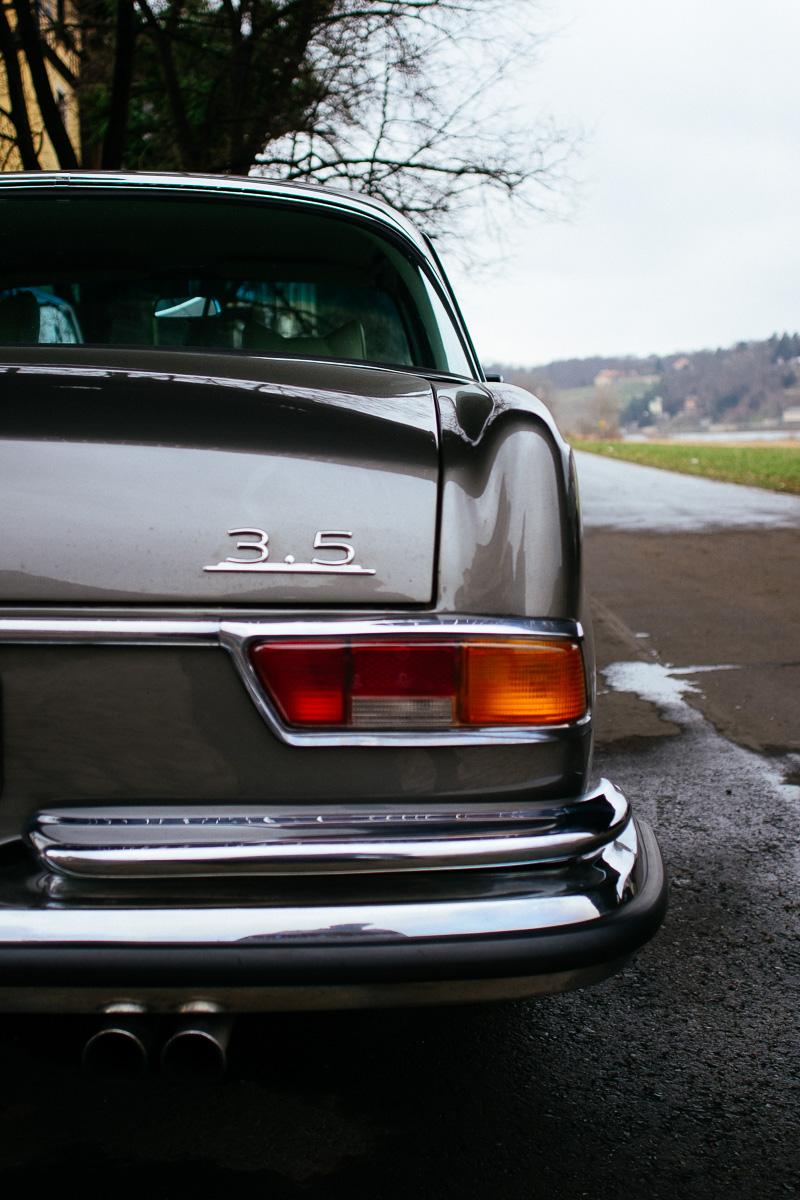 Ein alter Mercedes von hinten