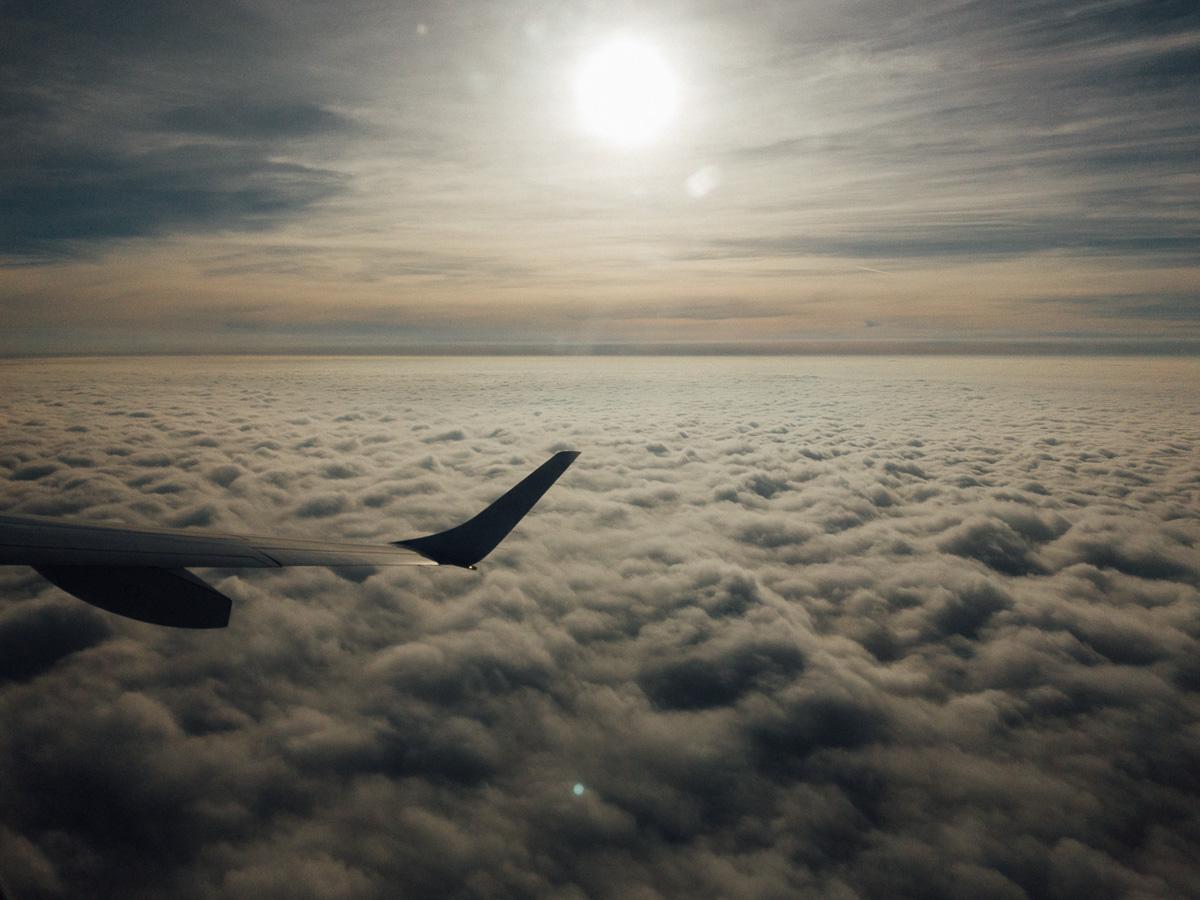 Dichte Wolkendecke aus dem Flugzeug fotografiert
